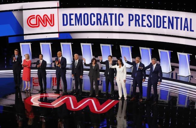 紐約時報針對民主黨總統參選人進行的問券調查顯示,參選人們多數贊成必須用新的法律來約束總統的行為與權限。圖為參加7月31日辯論的十名參選人。(美聯社)