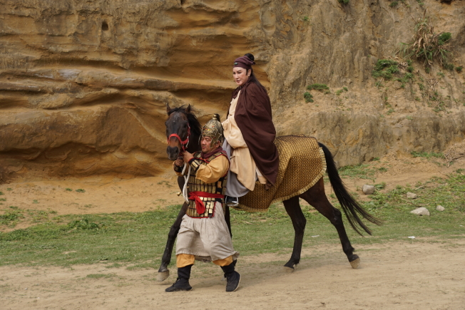 楊麗花拍戲意外墜馬。(圖:麗生百合提供)