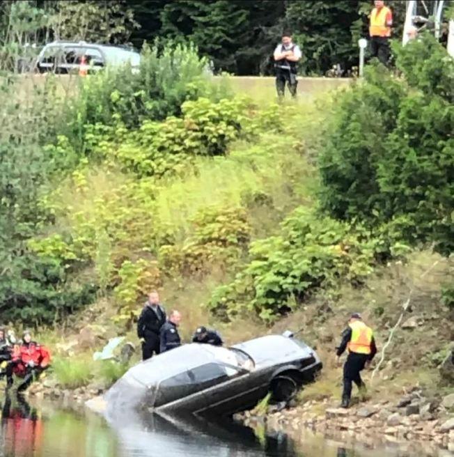 警方出動機具將車吊起後,才在車內發現失蹤27年女子的屍體。(取材自推特)