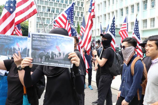 香港市民日前發起「香港人權與民主祈禱會」,其後遊行美國駐港澳總領事館,他們支持美國國會通過香港人權及民主法案。(中央社)