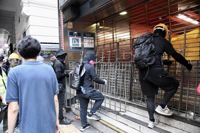 港鐵近月成為示威者破壞衝擊對象,圖為8日大批非法示威者破壞中環站設施,港鐵需要關閉中環站。中通社資料照片