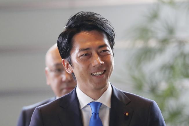 圖為日本高人氣政治人物小泉進次郎首度入閣接任環境大臣,成了這次內閣改組焦點。美聯社