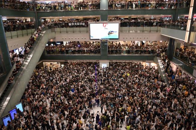 沙田新城市廣場今晚有上千位香港民眾集會,高唱「願榮光歸香港」。Getty Images