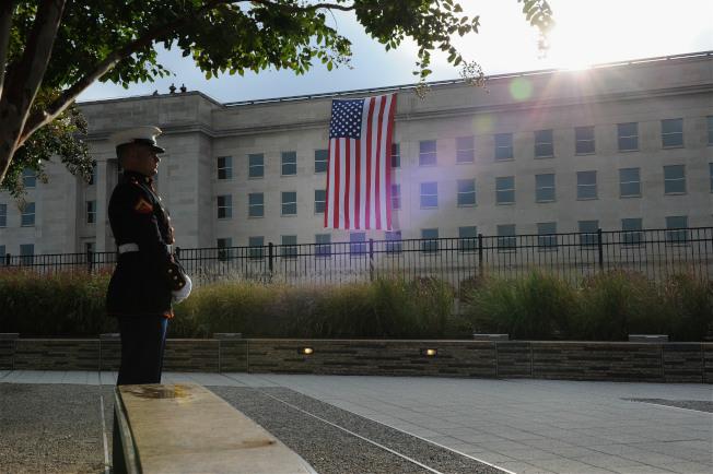 圖為一名士兵守護在五角大廈遇難者紀念碑旁。中新社