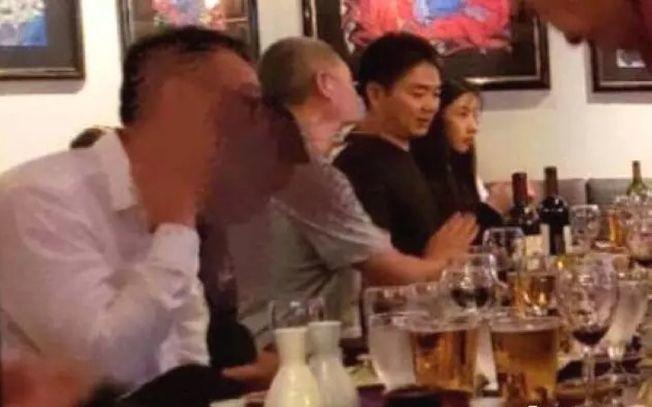 網上流傳疑似事件女主角(右)與劉強東並肩而坐的照片。(取材自微博)