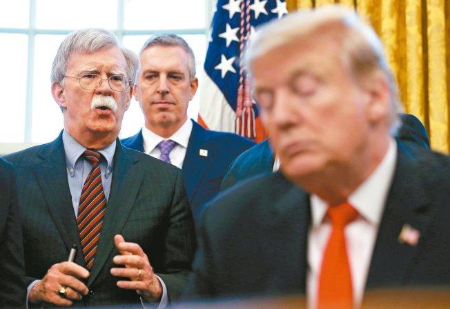美國總統川普(右)對國家安全顧問波頓不耐(左)已久。 (路透資料照片)
