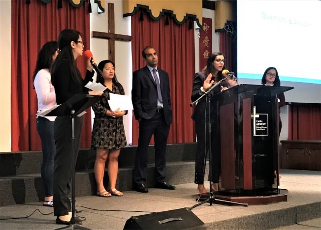 多位亞裔律師11日在芝城華埠為民眾解釋「公共負擔」新法細節。(特派員黃惠玲/攝影)