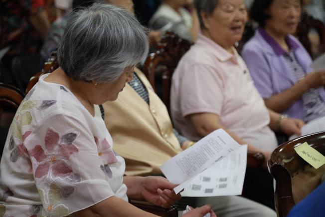 中使館赴馬州家園成人日間護理中心,為華人耆老防詐騙支招,同時提供「健在證明」等辦證服務。(記者羅曉媛/攝影)