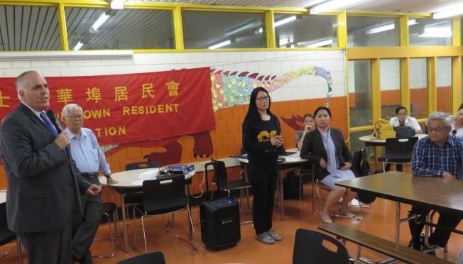 市議員費連(Ed Flynn,左) 對華埠社區空氣污染嚴重表達關切。 左三為費連辦公室華埠聯絡人盧善柔立(左三)。(記者薛劍童/攝影)