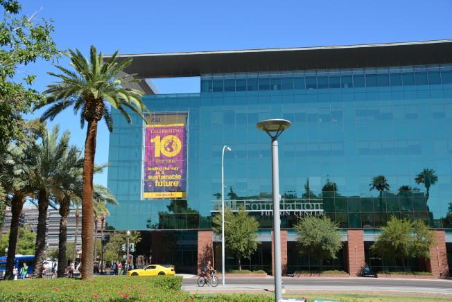 亞利桑納州立大學(ASU)現代化玻璃牆教學樓氣勢恢宏。(記者丁曙/攝影)