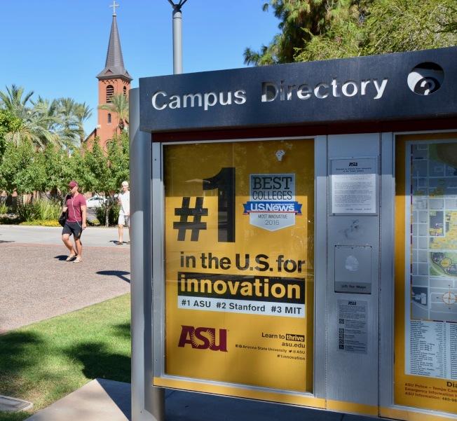 亞利桑納州立大學(ASU)獲評美國最具創新力大學,校園內竪起文宣標牌。(記者丁曙/攝影)