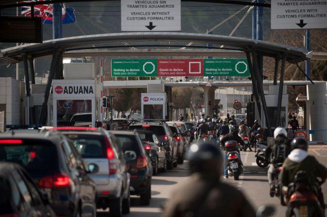 英國脫歐毫無計畫,各地已出現混亂,食品與藥品因短缺而漲價。圖為車輛在英國屬地直布羅陀關口前大排長龍。(Getty Images)