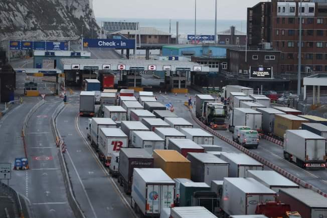 英國脫歐毫無計畫,各地已出現混亂,食品與藥品因短缺而漲價。圖為貨櫃車在英國東南方的多佛港大排長龍。(Getty Images)