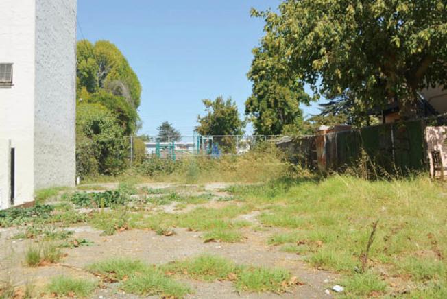 柏克萊市住房諮詢委員會希望在大學路1200街區的一塊空地上,建設專門給遊民停放露營車(RV)的停車場,但有居民表示強烈反對。(記者劉先進/攝影)