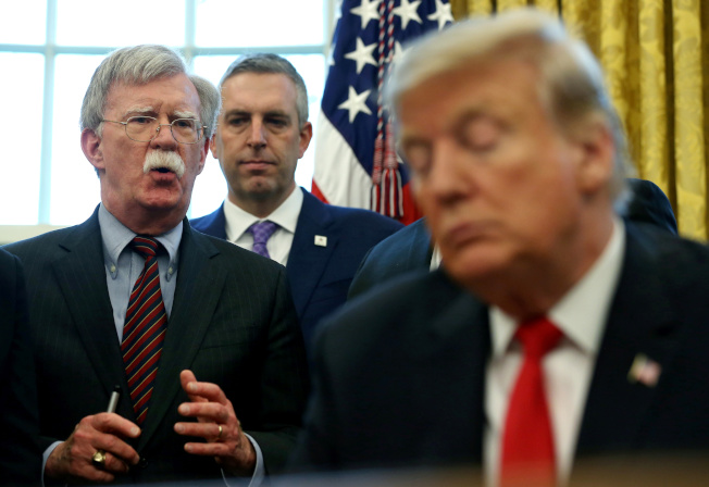 美國總統川普(右)對國家安全顧問波頓(左)不耐已久。圖為波頓在白宮橢圓形辦公室發言的資料照片。(路透)