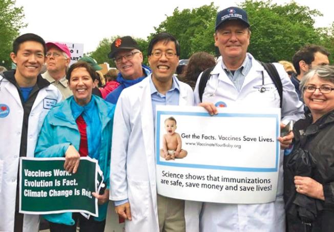 加州參議員潘君達(中)是兒科醫師,多年來致力為兒童接種預防性疫苗立法,但他也成為攻擊及歧視目標。(取材自潘君達臉書)