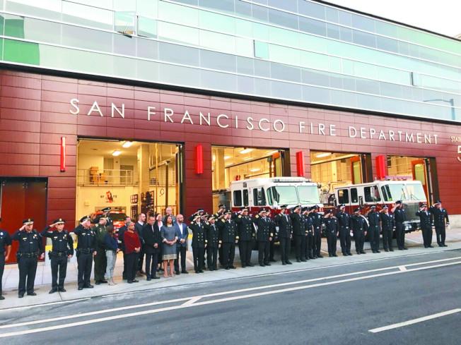 9月11日早晨6時45分,舊金山市長布里德(London Breed)、議會議長余鼎昂,以及眾多消防、警局和應急管理局代表出席升旗儀式,紀念911恐襲的死難者。此外,華裔社區和社會各界也持續紀念美國航空的華裔空姐鄧月薇(Betty Ong)。鄧月薇是當時遭遇劫機的飛機上的執勤空姐,也是首位向地面報告劫機信息的人。在當時的情況下她的冷靜專業態度為後人廣為讚頌。(圖:市長辦公室提供 文:記者李)