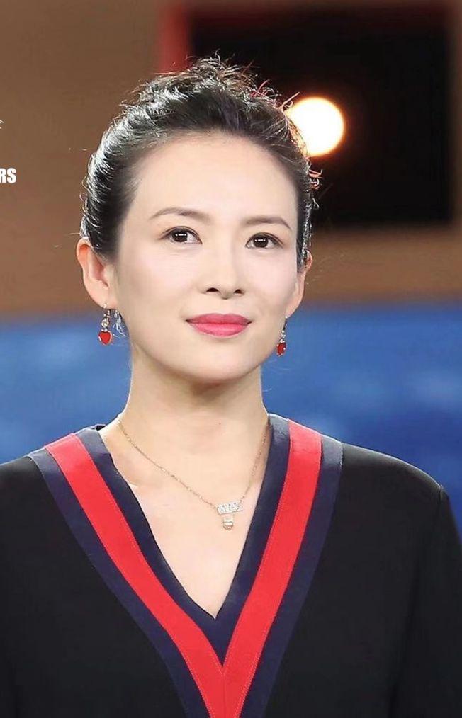 章子怡被吳京調侃「胖妞」,笑彎了腰。(取材自微博)