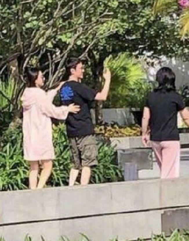 趙麗穎被拍到和馮紹峰甜蜜逛公園。(取材自微博)