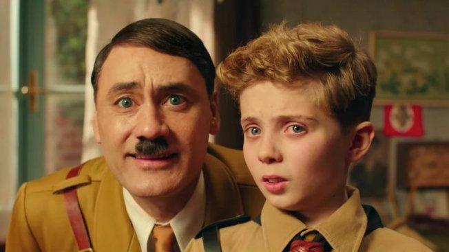 導演塔伊加維迪提(左)親自出演搞笑版希特勒,試圖控制小男孩喬喬。(圖:TIFF提供)