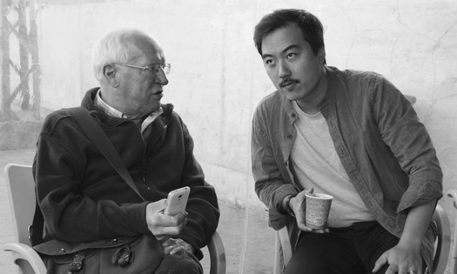 張僑勇(右)在拍攝本片過程中向羅柏費斯克探尋了作為資深記者如何發掘真相。(圖:TIFF提供)