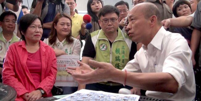 民進黨高市立委、議員11日到市政府,要市長韓國瑜罷免自己下台,反被韓邀去喝啡,要綠營民代超越藍綠投入建設。(記者楊濡嘉/攝影)