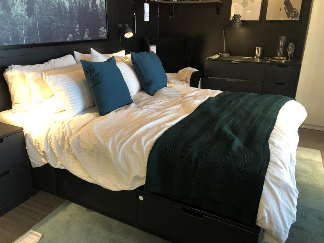 在決定房間風格後,可以選擇裝飾性的抱枕、蓋毯來實現想要的風格與房間的色調。(記者顏嘉瑩/攝影)