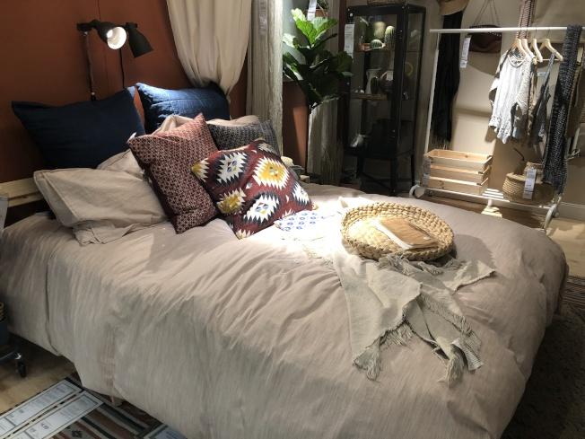 抱枕和蓋毯的顏色和材質,可以選擇統一色調或是大玩跳色。(記者顏嘉瑩/攝影)