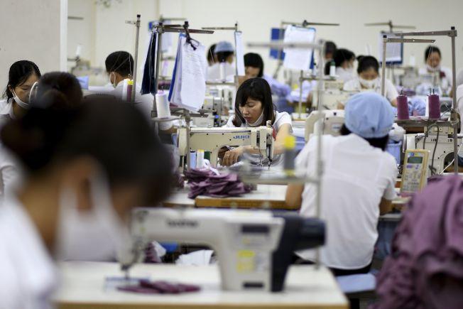 研究指出,自動化在2030年前可能迫使全球超過1億名女性尋找新工作。圖為越南的衣廠女工。(Getty Images)