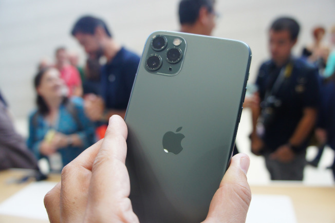 蘋果公司10日在美國總部Apple Park發表3款新iPhone,圖為配備3鏡頭的iPhone 11 Pro。(中央社)
