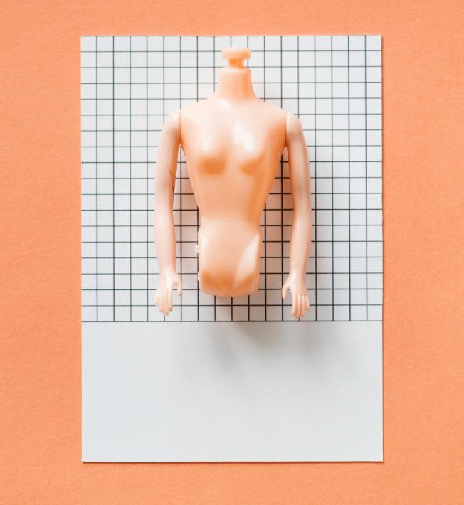 亞裔乳房偏小,許多人想做隆胸術。(Pexels)