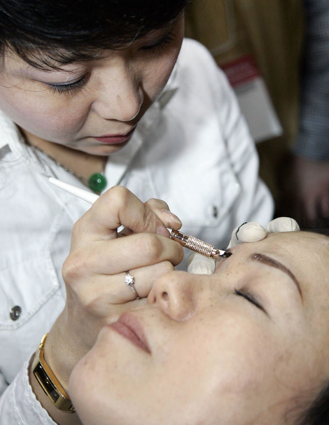 如今已有效果更趨自然的紋眉新技術。(Getty Images)