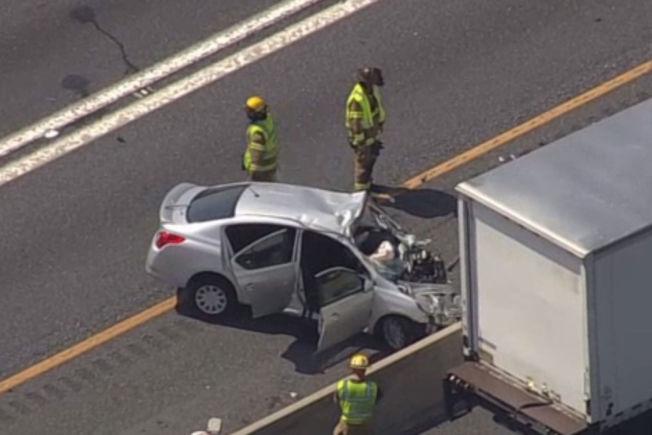 一架小型飛機12日中午11時半左右跌落到馬州喬治王子郡鮑伊市的50號公路,與一輛轎車相撞,造成四人受傷。(取自NBC Washington)