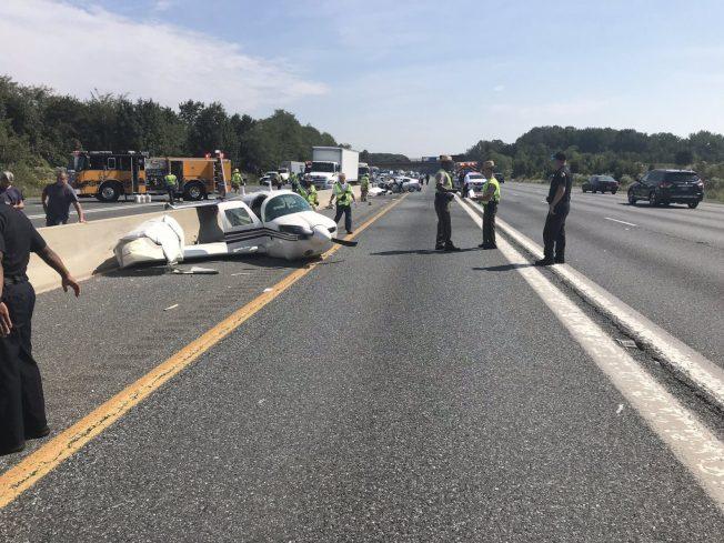 一架小型飛機12日中午11時半左右跌落到馬州喬治王子郡鮑伊市的50號公路,與一輛轎車相撞,造成四人受傷。(喬治王子郡消防局提供)