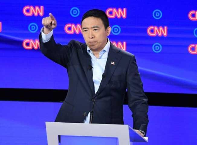 第2次辯論賽民主黨總統候選人楊安澤未繫領帶。(Getty Images)