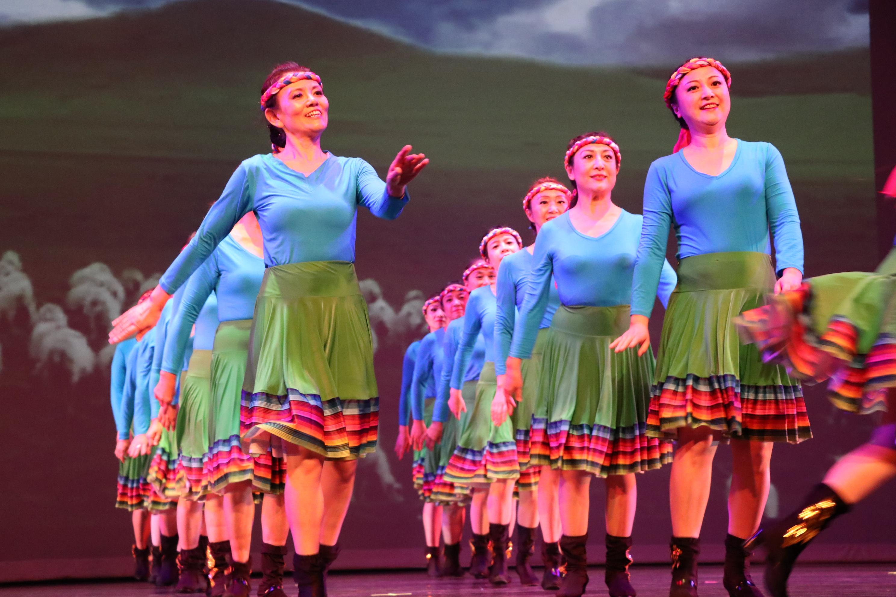 紅扇舞蹈團的舞蹈《呀啦嗦》,精神抖擻。
