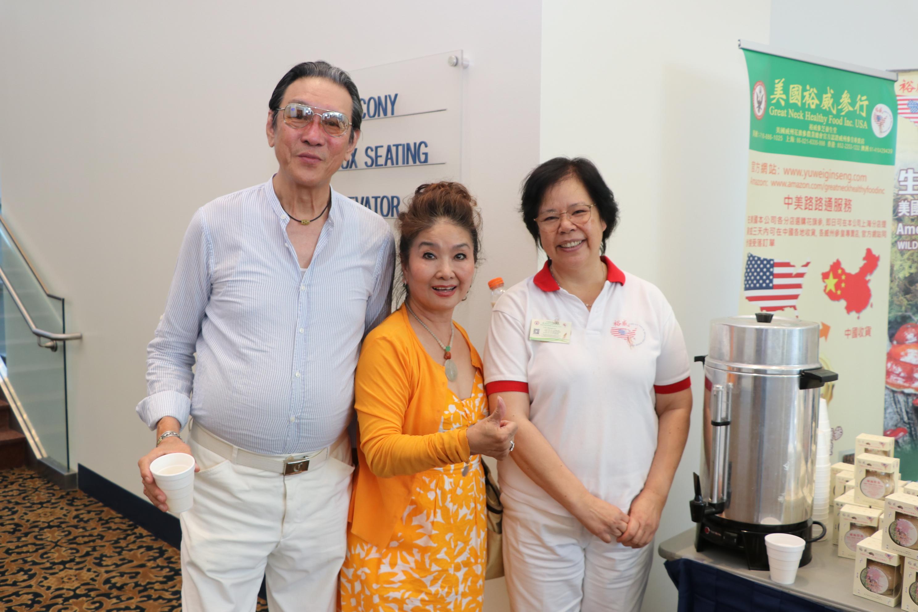 來自紐的裕威參行負責人Marinda Lau(右)到會場做展銷活動,與王妍霞(中)等相見歡。