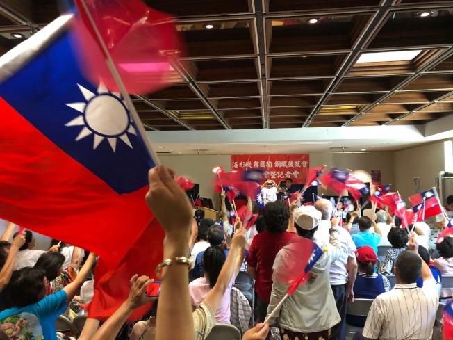 「韓國瑜鋼鐵後援會」現場旗幟飄揚。(記者張宏/攝影)