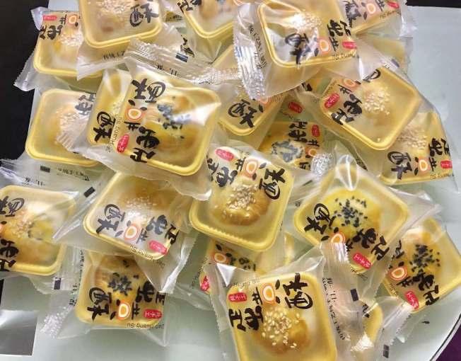 美食網紅吳小姐製作的的中秋蛋黃酥有模有樣。(吳先生提供)