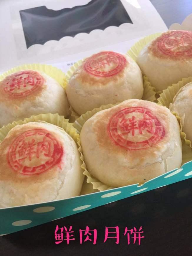 美食網紅黃小姐製作的中秋鮮肉月餅。(記者楊青/攝影)