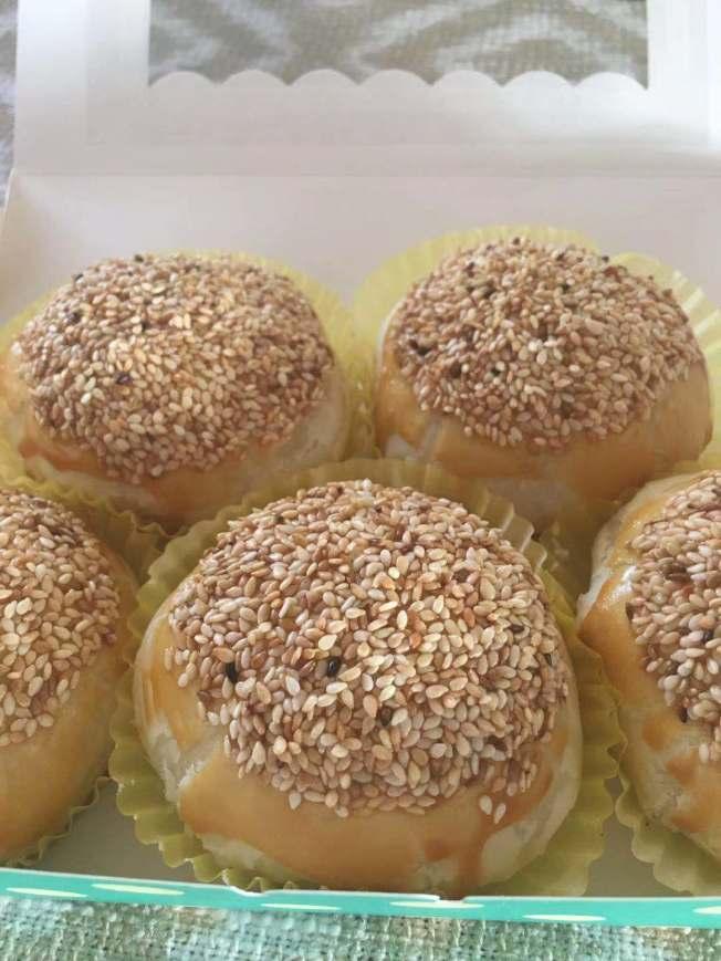 美食街網紅黃小姐製作的蘿蔔絲餅。(記者楊青/攝影)