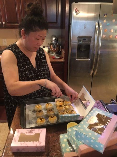 洛杉磯美食網紅黃婉媛中秋前夜趕做蛋黃酥。(記者楊青/攝影)