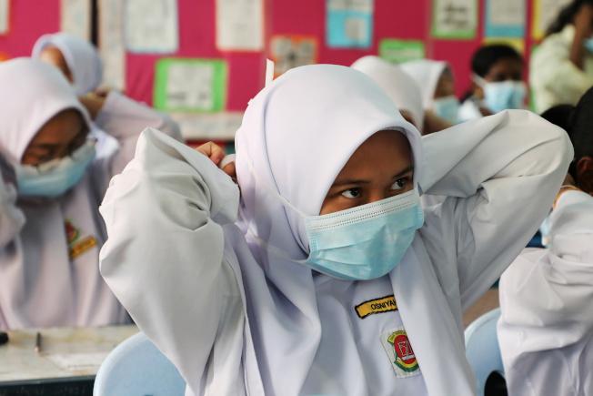 吉隆坡政府發出50萬個口罩給飽受霾害之苦的東馬砂勞越居民。(路透)