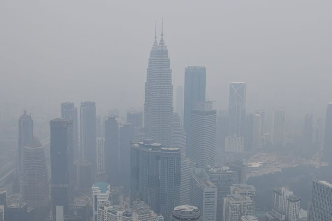 馬來西亞首都吉隆坡前天空污嚴重,知名地標雙子星塔壟罩在霧霾裡。(Getty Images)