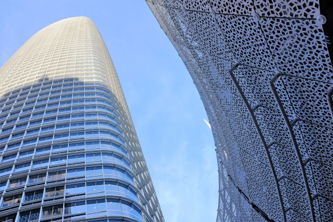 轉運中心的外牆,和剛拿下舊金山最高大樓頭銜的「賽富時大廈」相映成趣。