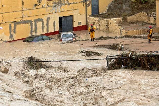 西班牙瓦倫西亞省降下豪雨,24小時降雨量高達180毫米,是近一個世紀以來最高,圖為奧丁恩市的克拉里亞諾河12日河水暴漲。(歐新社)