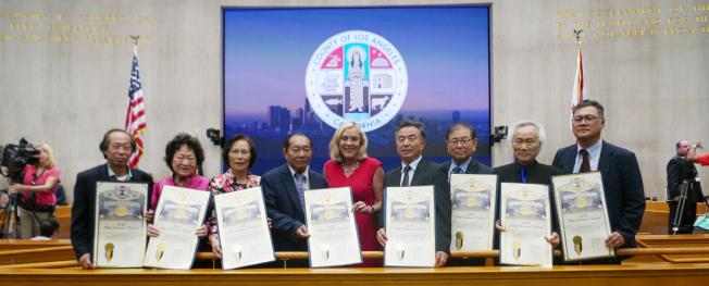 洛杉磯縣政委員巴傑(Kathryn Barger,中)今年首次提出,慶祝亞裔傳統中秋節,並頒發獎狀給中華會館和美洲韓裔財團。(記者李雪/攝影)
