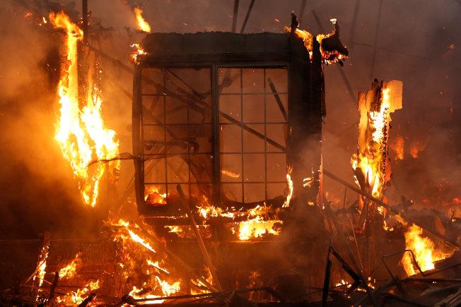 塔布斯大火2017年侵襲加州聖他羅莎,圖中可見一座建築物陷入熊熊大火。(路透)
