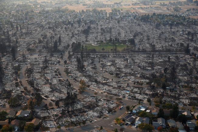 加州聖他羅莎2017年遭塔布斯大火吞噬後,空拍圖可見房屋一片焦黑。(路透)