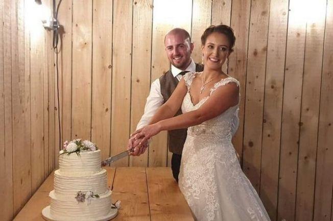 英國一對剛結婚的新人,還沒來得及享受兩人蜜月時光,禮金、禮車、證書全被偷。(取材自鏡報)